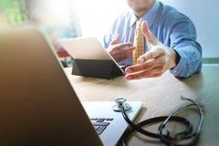 Aperto de mão que ajuda para o conceito médico da tecnologia do negócio Docto imagem de stock