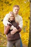 Aperto dos pares do amor do outono feliz no parque fotografia de stock royalty free