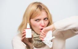 Aperto duas vezes em cada narina como necessário Medicamentação de pulverização da mulher doente no nariz Menina insalubre que us imagem de stock