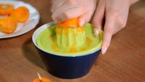 Aperto fêmea da mão o suco fora das tangerinas vídeos de arquivo