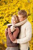 Aperto feliz dos pares românticos do outono no parque imagens de stock royalty free
