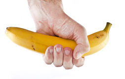 Aperto firme em uma banana. Fotos de Stock