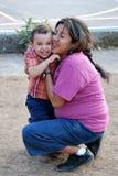 Aperto latino-americano bonito da matriz e da criança fotografia de stock