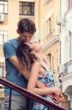 Aperto novo feliz dos pares O indivíduo beija a testa de sua amiga, seu olhar feliz fixado no céu O velho foto de stock royalty free