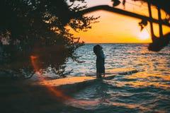 Aperto recentemente wedded em um cais do mar da noite fotografia de stock