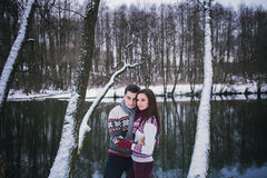 Aperto romântico dos pares fotografia de stock