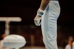 Apertos da mão da ginasta no giz do gym imagem de stock