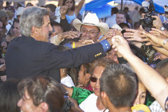 Apertos de mão do Senator John Kerry com membros da 83rd cerimónia indiana intertribal, Gallup da audiência, nanômetro fotografia de stock royalty free