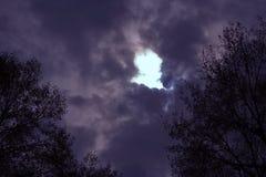 Apertura blu in un cielo tempestoso Fotografia Stock