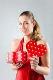 Apertura de la mujer presente para el día de tarjetas del día de San Valentín Fotos de archivo