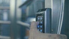 Apertura de la puerta con la combinación del número almacen de video