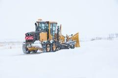Apertura de los caminos en un día de invierno Fotos de archivo libres de regalías