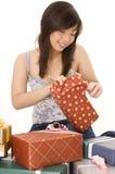 Apertura de un regalo Imágenes de archivo libres de regalías