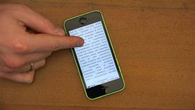Apertura de un uso basado texto del eBook en un smartphone metrajes