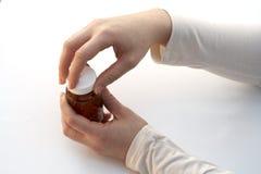 Apertura de una botella de la medicina Imágenes de archivo libres de regalías