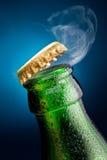 Apertura del casquillo de la cerveza imagenes de archivo