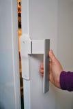 Apertura del frigorifero Immagine Stock