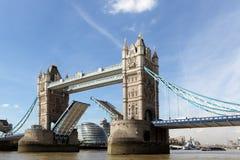 Apertura del ponte della torre, il Tamigi Londra, costruzione del comune nel fondo Fotografie Stock