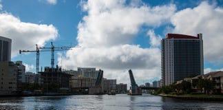 Apertura del ponte mobile per lasciare gru sulla chiatta andare sotto fotografia stock