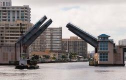 Apertura del ponte mobile per lasciare gru sulla chiatta andare sotto fotografie stock