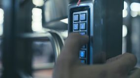 Apertura del portello con la combinazione di numero archivi video