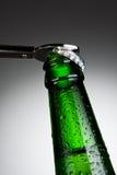 Apertura della bottiglia da birra fotografie stock