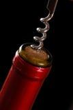 Apertura della bottiglia di vino immagini stock libere da diritti