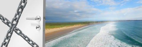 apertura della porta 3D sulla costa di mare con le catene Fotografia Stock