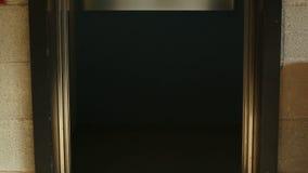 Apertura e closing della porta dell'elevatore stock footage