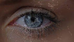 Apertura femminile dell'occhio stock footage