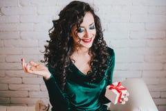 Apertura hermosa feliz de la mujer presente para el día de tarjeta del día de San Valentín Imágenes de archivo libres de regalías