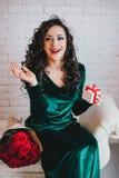 Apertura hermosa feliz de la mujer presente para el día de tarjeta del día de San Valentín Fotos de archivo