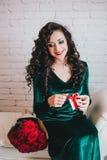 Apertura hermosa feliz de la mujer presente para el día de tarjeta del día de San Valentín Fotos de archivo libres de regalías