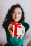 Apertura hermosa feliz de la mujer presente para el día de tarjeta del día de San Valentín Fotografía de archivo