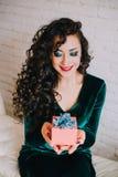 Apertura hermosa feliz de la mujer presente para el día de tarjeta del día de San Valentín Foto de archivo