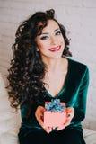 Apertura hermosa feliz de la mujer presente para el día de tarjeta del día de San Valentín Imagenes de archivo