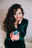 Apertura hermosa feliz de la mujer presente para el día de tarjeta del día de San Valentín Foto de archivo libre de regalías