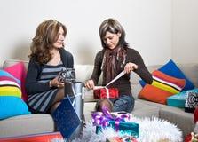 Apertura/que prepara de los amigos regalos de Navidad Fotografía de archivo libre de regalías