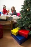 Apertura/que prepara de los amigos regalos de Navidad Foto de archivo
