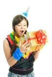 Apertura sorpresa della ragazza il suo presente Immagini Stock
