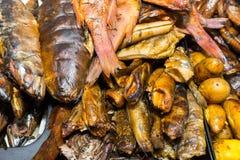 Apetitoso ahumado una gran cantidad de pescados en una bandeja del metal Foto de archivo libre de regalías