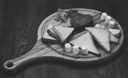 Apetitoso del plato adornado con eneldo El filete tártaro sirvió en la forma del corazón en el tablero de madera redondo Pan, tos Imagenes de archivo