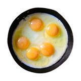 Apetitoso fritou diversos ovos em uma frigideira do ferro fundido isolada Foto de Stock Royalty Free