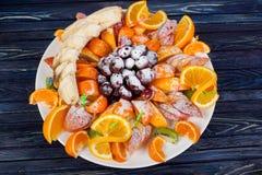 Apetitoso, maduro, frutas del verano, servidas maravillosamente en la tabla fotos de archivo