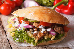 Apetyczna kanapka: Doner kebabu zakończenie na stole horizont obraz royalty free