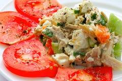 Apetyczna kurczak sałatka dekorująca z pomidorami Obraz Royalty Free