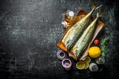 Apetyczna uwędzona rybia makrela z plasterkami cytryna, cebulkowi pierścionki i pikantność, obraz stock