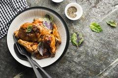 Apetyczni kurczaków kawałki w gorącym słodkim mrożeniu piec w piekarniku w piec bani, kwaśnej śmietance i basilu w a, Obraz Royalty Free
