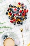 Apetyczni opłatki z świeżymi jagodami, filiżanka kawy, odgórny widok obrazy royalty free
