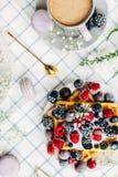 Apetyczni opłatki z świeżymi jagodami, filiżanka kawy, odgórny widok obraz stock